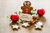 Weihnachtsdekoration mit Lebkuchenmann, Zimtsternen und Kugeln