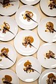 Kunstvoll komponierte Hauptgerichte für ein Pop-Up-Fundraiser-Dinner mit saisonalen Produkten