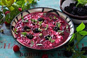 Kalte Suppe mit Waldbeeren