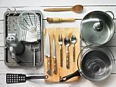 Küchenutensilien für die Zubereitung eines Kartoffel-Lauch-Kuchens