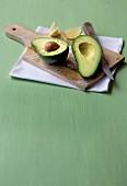 Aufgeschnittene Avocado auf Holzbrett