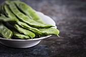 Grüne Bohnen mit Wassertropfen auf Teller