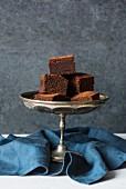 Miso-Schokoladen-Brownies auf Kuchenständer