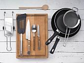 Küchenutensilien: Pfannen, Sieb, Hobel, Pfannenwender und Küchenmesser