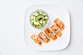 Gebeizte Lachsforelle mit Gurkensalat und Wacholderbeeren
