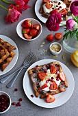 Waffel mit Sahne, Erdbeeren und Granatapfelkernen