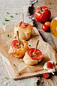 Baguettescheiben mit Mozzarella und Tomate am Spiess
