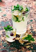 Zitronenlimonade im Krug und Glas