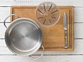 Küchenutensilien für die Apfelpunsch-Zubereitung