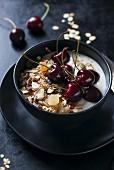 Joghurtmüsli mit Haferflocken und Kirschen