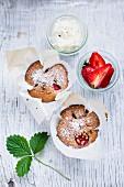 Erdbeermuffins mit Puderzucker