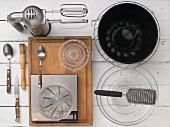 Küchenutensilien für die Zubereitung eines Pfirsich-Guglhupfs