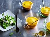 Erbsenpüree mit Sauerrahm und Karotten-Shot mit Curry
