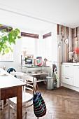 Retro Wohnküche mit Holzverkleidung und Fischgrätparkett