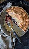 Halbe Blueberry Pie in Backform mit Kuchenheber und Gabel