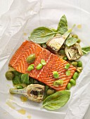 Lachsfilet mit Artischocken, Oliven und Basilikum im Pergamentpapier