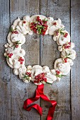 Christmas wreath pavlova with redcurrants (seen from above)