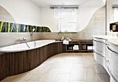 Organische Badgestaltung mit Einbaumöbeln, Ablageflächen und Wandgestaltung mit floralem Fotopaneel