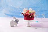 Osterschale mit Gelee-Eiern, Dragee-Eiern und Zuckerschaumeiern