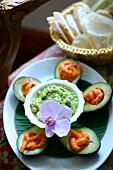 Gefüllte Avocados mit Garnelen und Avocadodip auf karibischem Buffet