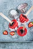 Erdbeereis mit Keks am Stiel