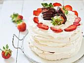 Pavlova mit Schlagsahne und frischen Erdbeeren