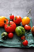 Verschiedene Tomaten auf Tuch liegend