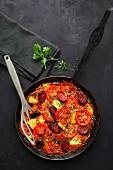 Tortilla mit Tomaten, Ananas und Chorizo (Aufsicht)