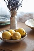 Frische Zitronen in Schale auf Fensterbank