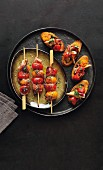 Kirschtomatenspiesse und Crostini mit Tomaten, Artischocken und Tapenade