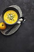 Gelbe Tomatencremesuppe mit Safran und grünem Spargel