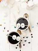 Holundersuppe dekoriert mit Grusel-Augen aus Marshmallows