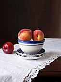 Stillleben mit Pfirsichen und Nektarine