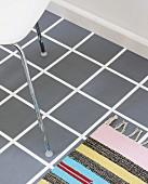 DIY-Bodengestaltung - weißer Boden im Fliesenraster abgeklebt und grau gestrichen