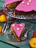 Rote-Bete-Kuchen mit Haselnüssen und pinkfarbener Frischkäsecreme