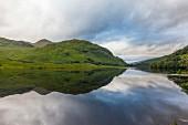 Hügellandschaft und See in Schottland