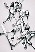 Verschiedene Gabeln, Messer und Löffel vor weißem Hintergrund
