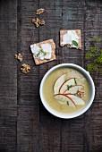 Kartoffel-Curry-Rahmsuppe mit Apfelschnitzen und Schnittlauch, Knäckebrot mit Frischkäse