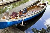 Verschiedene Stiefeletten aus Wildleder in einem Boot