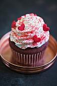 Red Velvet Cupcake mit Vanillefrosting und Zuckerherzen zum Valentinstag