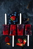Veganes Erdbeer-Heidelbeer-Eis am Stiel