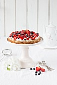 A meringue tart with spelt flour and berries
