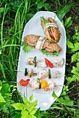 Hähnchen-Gemüse-Spiesse und Salami-Sandwiches für ein Picknick