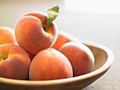 Frische Pfirsiche in Schale