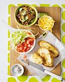 Röstbrot mit scharfem Hackfleisch, Tomaten und Käse