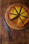 Olivenölkuchen mit Orangenaroma, in Stücke geschnitten