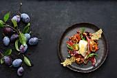 Karamellisierte Zwetschgen mit Parmesanmousse und Radicchio-Rucola-Salat
