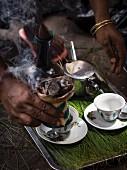 Frau bereitet Kaffee zu, traditionelle Kaffeezeremonie in Äthiopien