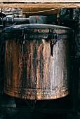 Alter Kupferkessel in der Brennerei für Pastis-Herstellung in Forcalquier, Frankreich