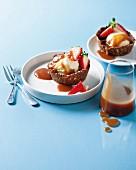 Tarte-Teigschälchen mit Vanilleeis, Karamellsauce und Erdbeeren